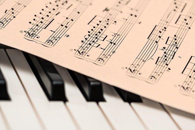 Apprendre le piano avec ou sans professeur ?